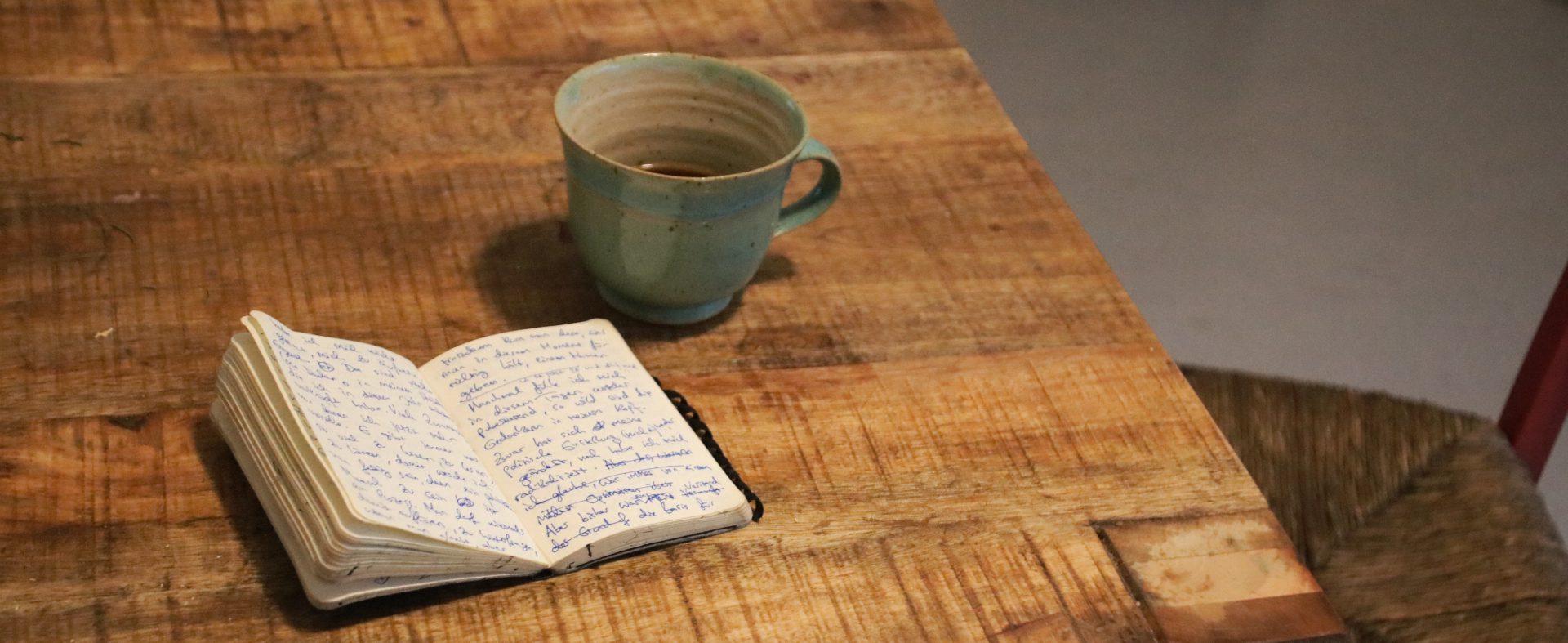 Notizbuch von Miri Watson und Kaffee auf einem Tisch